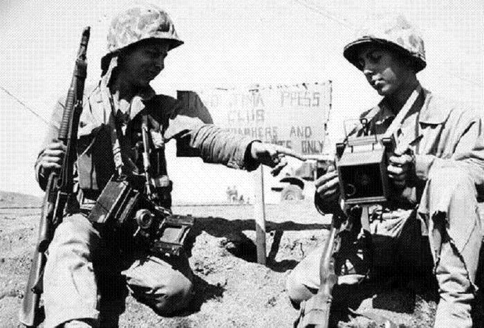 us6 - Photo prise à Iwo Jima de deux photographes militaires, dont l'un armé d'une M12