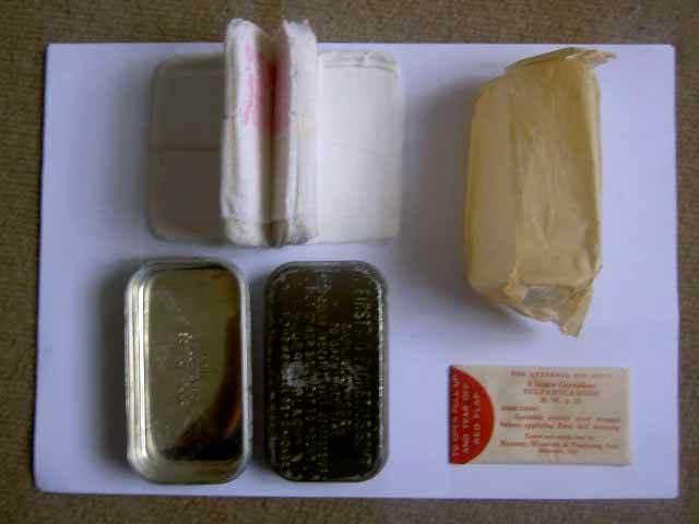 carlexpl - L'intérieur d'une boîte de pansements Carlisle ouverte