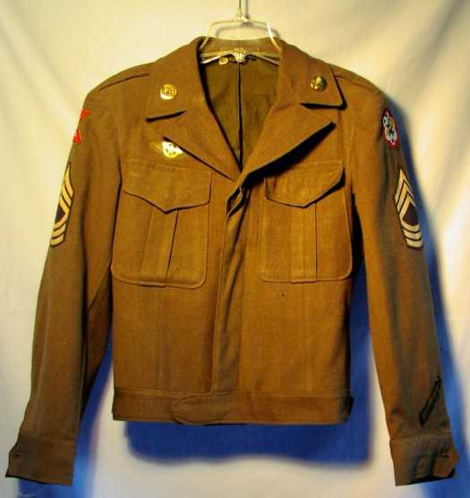 IkeJacket - Cette Ike Jacket est montée juste après guerre, comme le montre l'insique des forces américaines en pacifique ouest, apparu à partir du 25 Août 1945. Cette veste porte donc les insignes de col de l'ordonance, il a cousu au dessus de la poche droite l'indigne de la Distinguished Unit Citation, et les grades de Master Sergent.