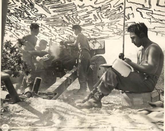 battle italy36 - Soldats Américains d'origine Japonaise du 552nd Field Artillery Battalion du US 442nd Regimental Combat faisant feu en Italie dans lecteur de Castellina (Livourne), le 12 juillet 1944