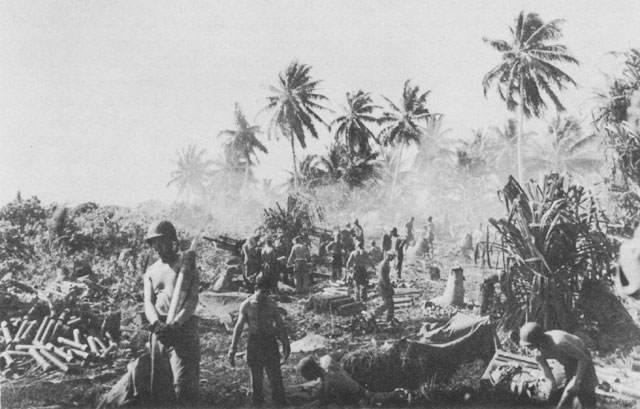 weapon m2howitzer2 - Un M2 en action à Kwajalein, sur les îles Marshall, vers Janvier - février 1944