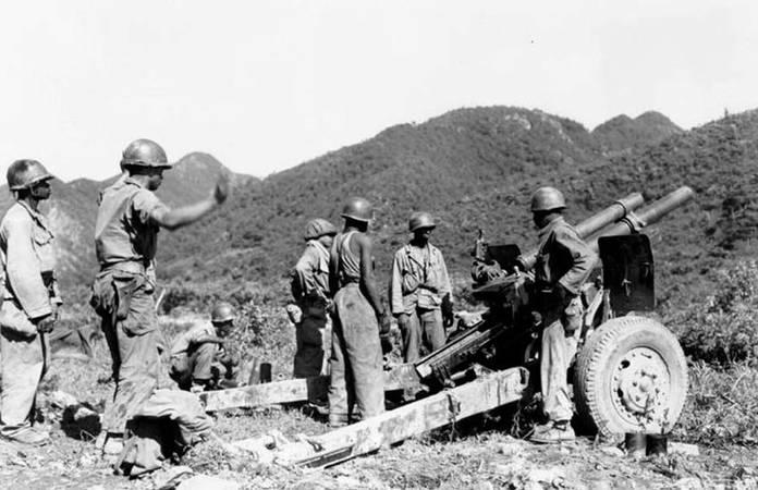 Des troupes américaines affairés sur un M2 Howitzer dans les années 50, guerre de Corée