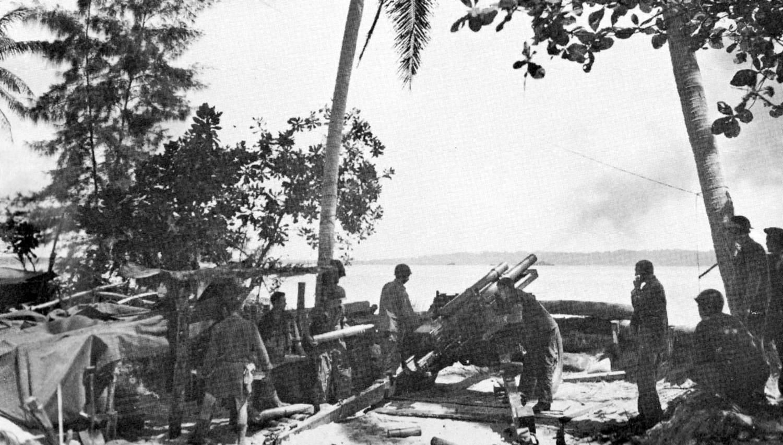 weapon m2howitzer4 - Un M2 Howitzer fait feu sur Manus depuis Los Negros, Admiralty Islands, Mars 1944