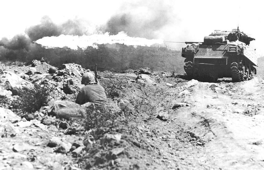 """Ronson flame tank Iwo Jima - Un char Sherman M4A3R3 """"Ronson"""" fait feu à Iwo Jima"""