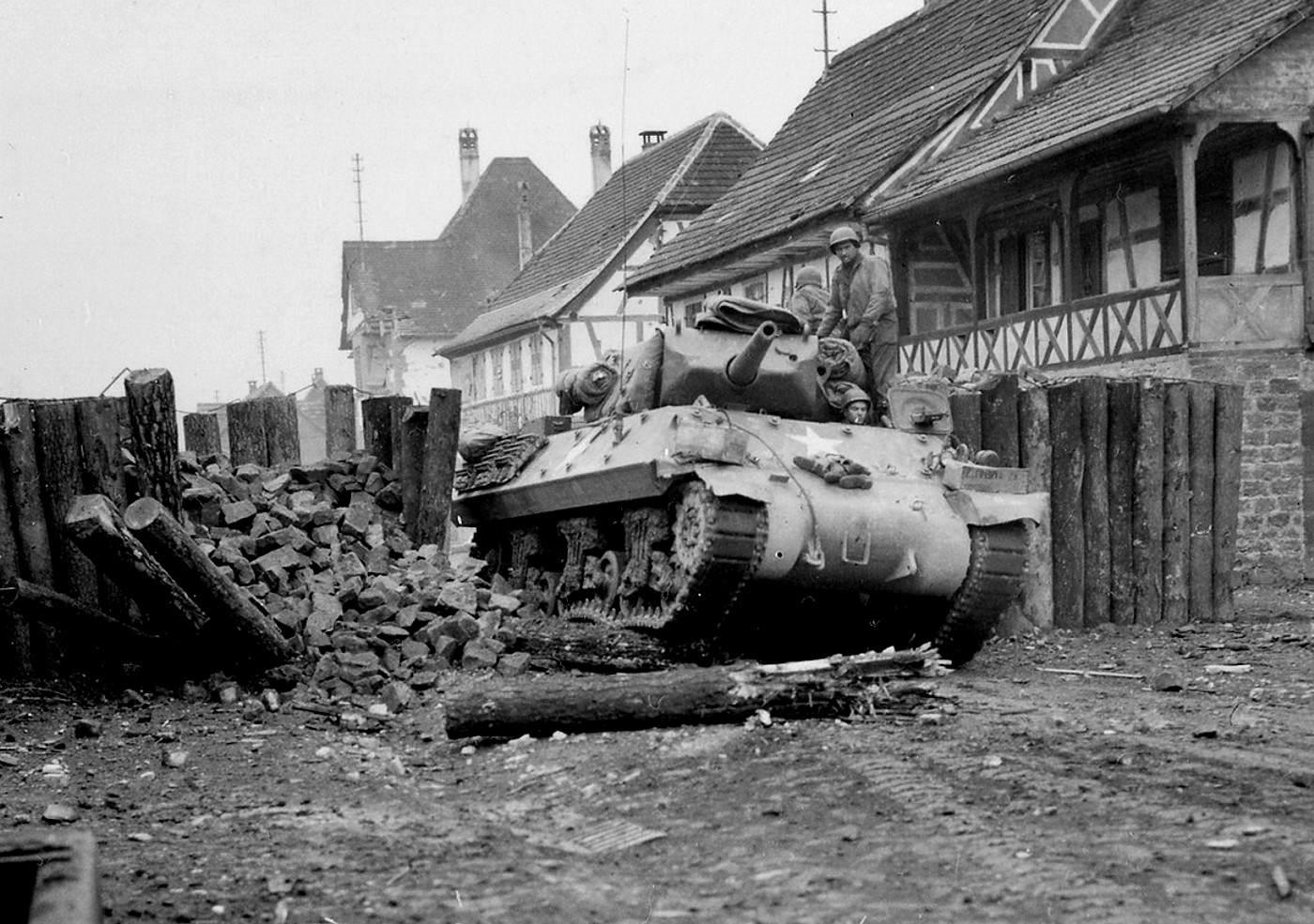 645TD M10 44 - Un TD traverse un village