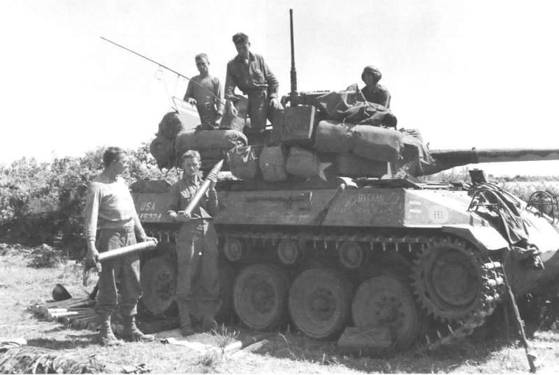 3610 - Rechargement d'un M18 Hellcat sur la côte bretonne, en 1944
