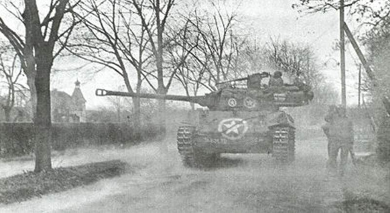 M18 Hellcat wiesloch 19450401 - Un M18 Hellcat du 824th Tank Destroyer Battalion en action près de Wiesloch (Allemagne), en mars 1945