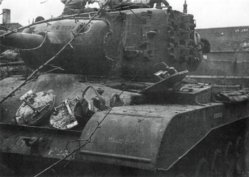 """M26 Fireball - Le M26 """"Fireball"""" du 33rd AD, premier à être mis hors service par un Tigre Allemand le 26 février 1945 à Elsdorf (Allemagne)"""