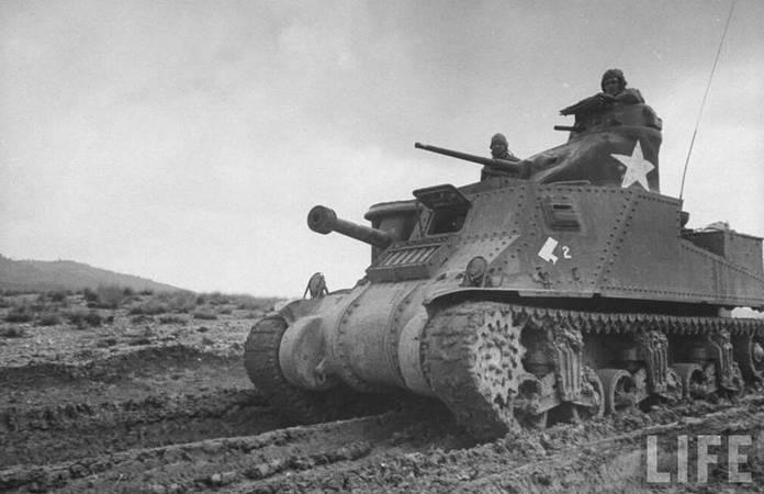Un char M3 Grant lors de la campagne d'Afrique du Nord, en février 1943