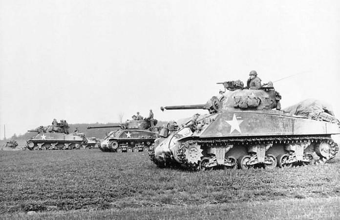 Un groupe de Sherman M4 en Europe