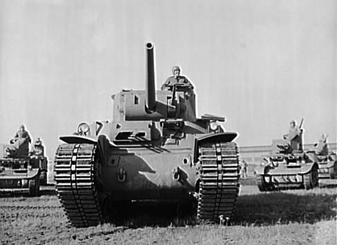 Heavy tank OWI 3 - Un M6 heavy tank en décembre 1941, avec plusieurs chars légers M3 en arrière plan