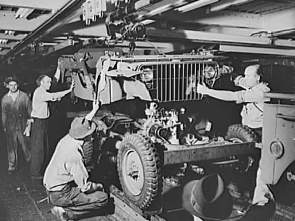 FordGPJeep1941b - Après avoir branché et sécurisé le moteur, l'ensemble de la carrosserie est mise en place sur le châssis.