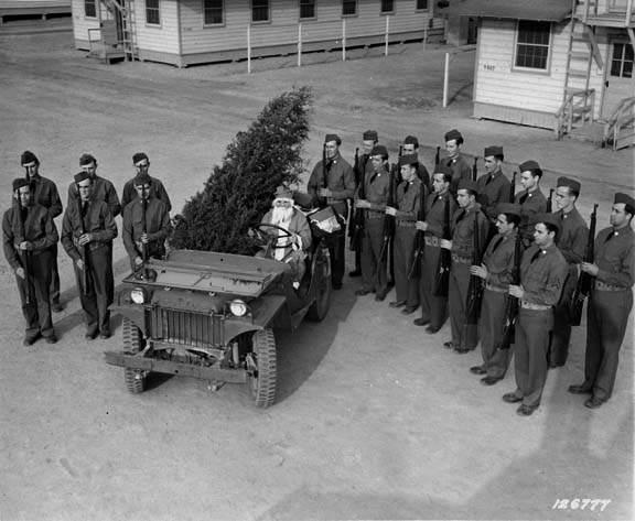 id ma - La jeep willys MA et le père noël au camp Lee (Virginie), à noël 1941