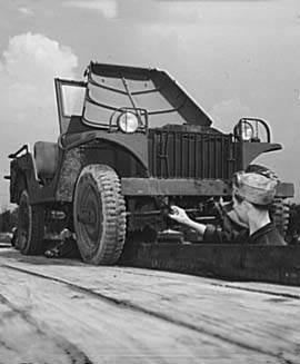 jeep willys ma onrack 375 - Une jeep est sur le pont, en pleine maintenance, à Fort Knox, en juin 1942