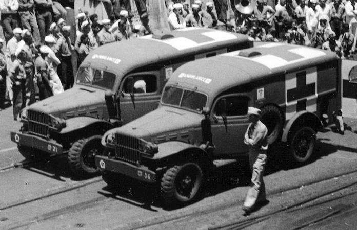 Deux WC-54 Ambulance embarque des blessés sortant de l'USS Intrepid, certainement à Pearl Harbor, vers 1944-1945