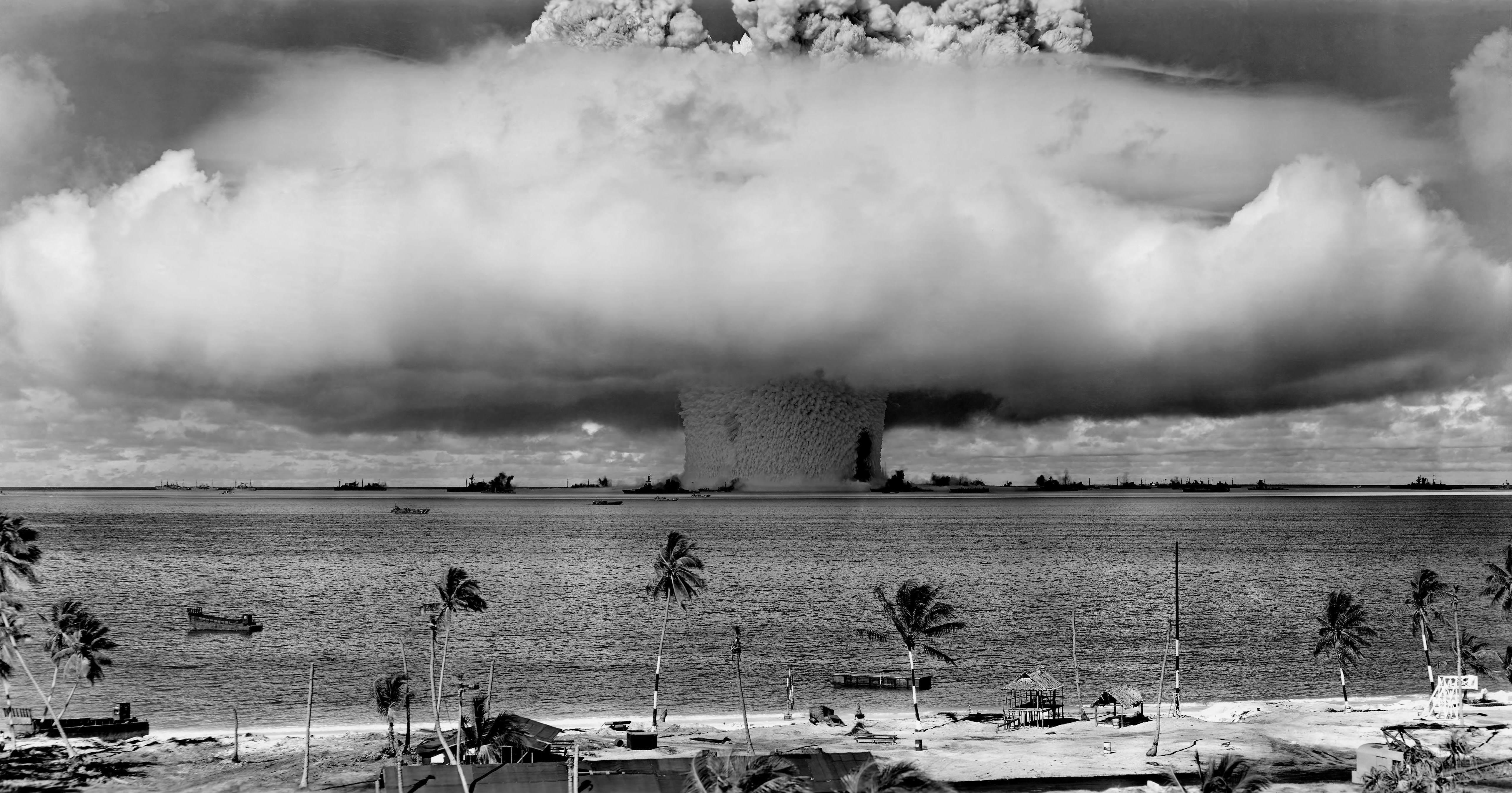 """Operation Crossroads Baker Edit - Dernière minute de vie pour l'USS Arkansas : Il sera détruit lors du test nucléaire """"Baker"""", le 29 juillet 1946. L'USS Arkansas a été littéralement aspiré par l'explosion nucléaire, il se trouve à droite de la colonne, à la verticale."""