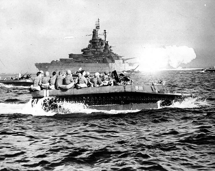 BB 43 LVT okinawa - Le USS Tennessee bombarde Okinawa, le 1er avril 1945. Au premier plan, des LVT avancent vers les plages avec leurs troupes d'invasion