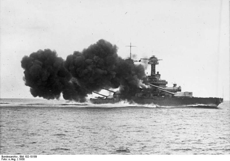 Bundesarchiv Bild 102 10189, Schlachtkreuzer  Kalifornia  - Le BB44 California fait feu lors d'un exercice en 1930 au large des côtes de Los Angeles