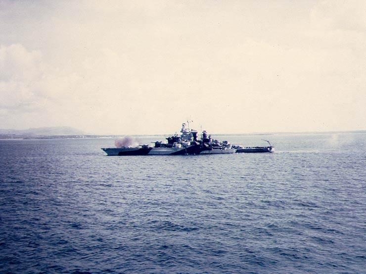 USS Tennessee bombarding Guam - Le USS Tennessee bombarde Guam, le 19 juillet 1944