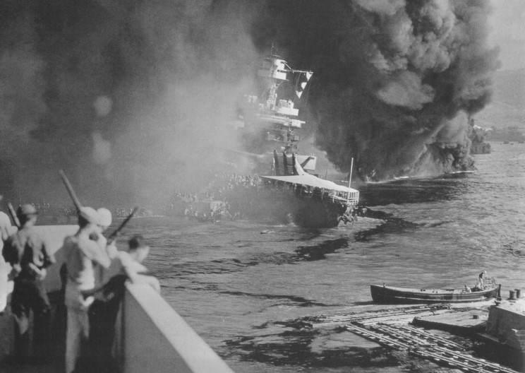 uss california bb44 09 - Le USS California coule après 3 jours de raids incessants sur Pearl Harbor en 1941. Ses membres d'équipage quittent précipitamment le navire. L'attaque tuera 98 personnels de bord et en blessa 61 autres