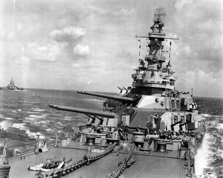 USS Iowa (BB 61) Preps - Autre vue de l'USS Iowa, avec en fond l'USS Indiana