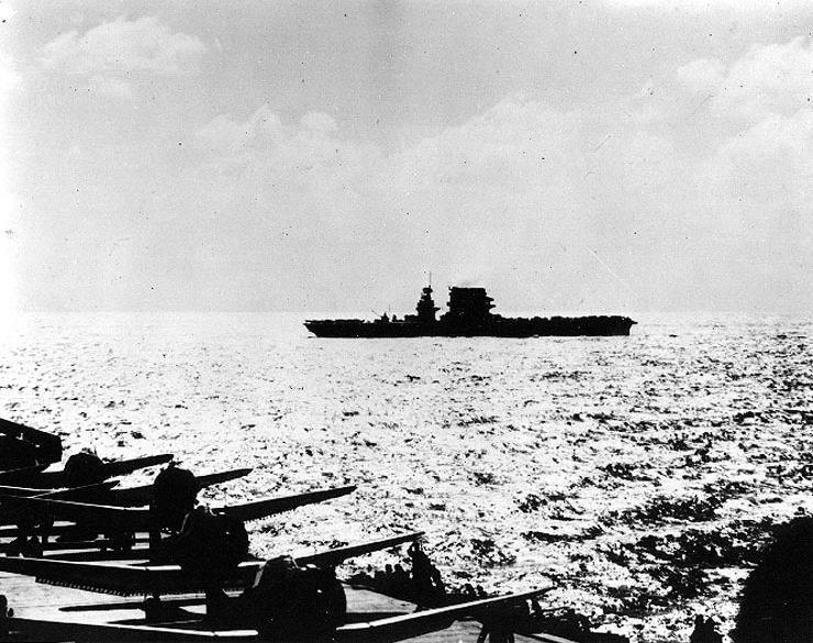 USS Lexington Coral Sea early morning - Le USS LEXINGTON pendant la bataille de la mer de Corail, le 8 mai 1942. Il s'apprête à lancer ses appareils pour la bataille, où il sera coulé. Photo prise depuis l'USS Yorktown.