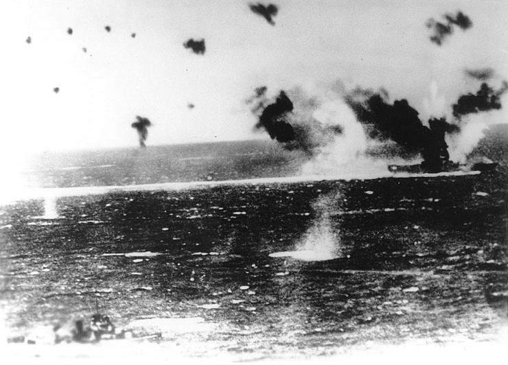 USS Lexington under attack at Coral Sea - Le CV-2 Lexington en feu après avoir été bombardé et torpillé lors de la bataille de mer de Corail, le 8 mai 1942. Photo prise d'un chasseur-bombardier Japonais