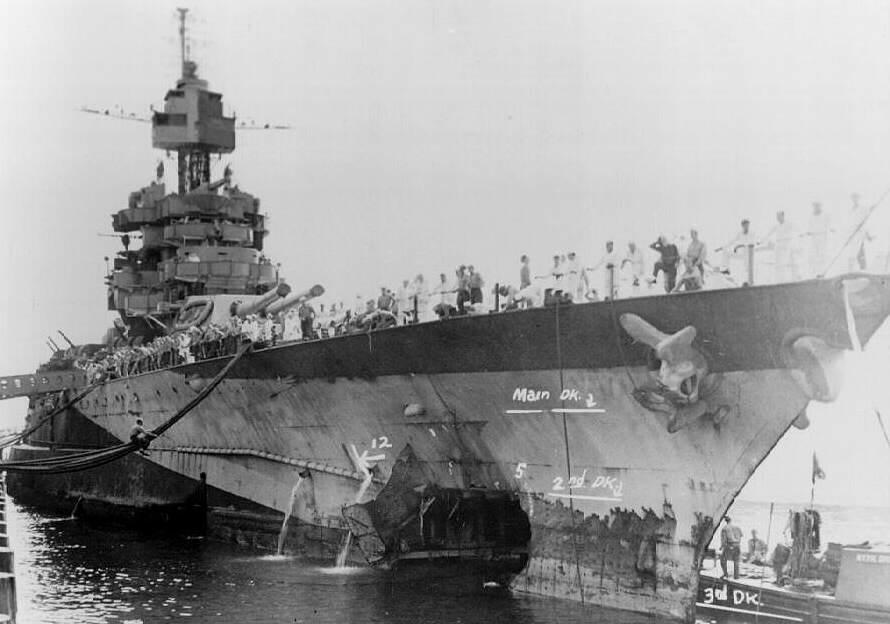 USSMarylandKamikaze - Le USS Maryland en cours de réparation le 10 juillet 1944, touché par une torpille aérienne