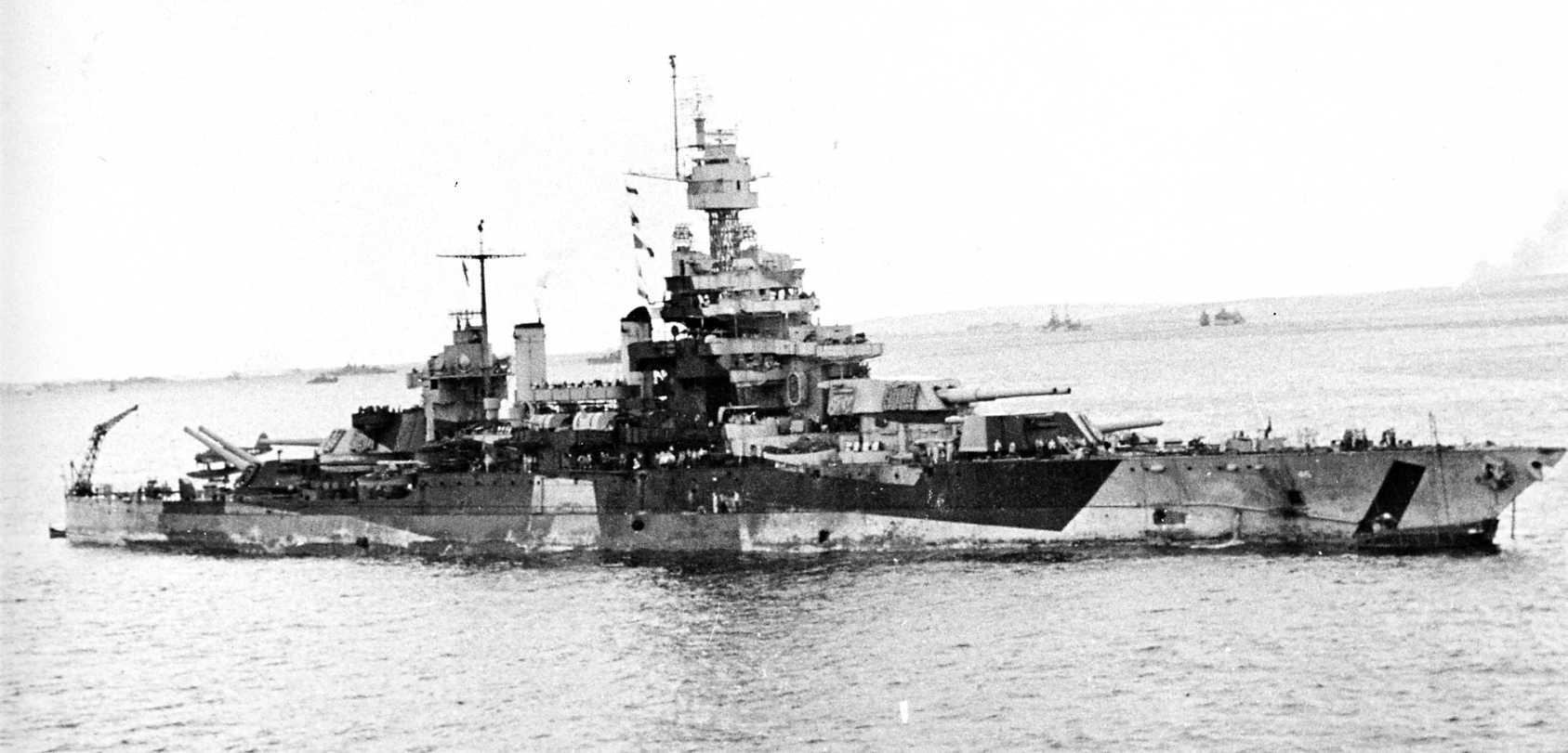 USS Colorado 3 - Le USS Colorado le 24 juillet 1944. Sa coque porte 22 trous dû à un precedent engagement.