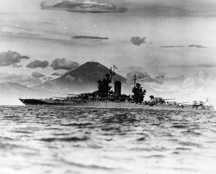 Uss new mexico bb - Le USS New Mexico devant le mont Fuji, fin août 1945