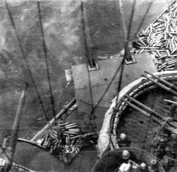 616px USS Nevada Normandy - Photo des canons Bofors de 40mm et de calible 38 le 6 juin 1944. Le sol est couvert de douilles, ce navire servant de couverture anti-aérienne