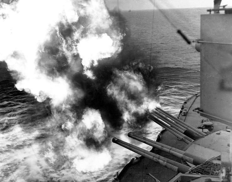 USS Nevada fire on positions ashore - Les canon de l'USS Nevada font feu sur les positions Allemandes de Utah Beach, le 6 juin 1944