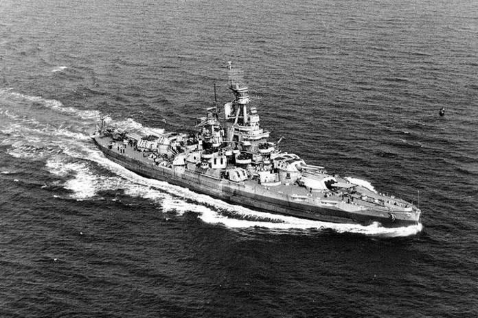 Le cuirassé Nevada le 17 septembre 1944 dans l'atlantique