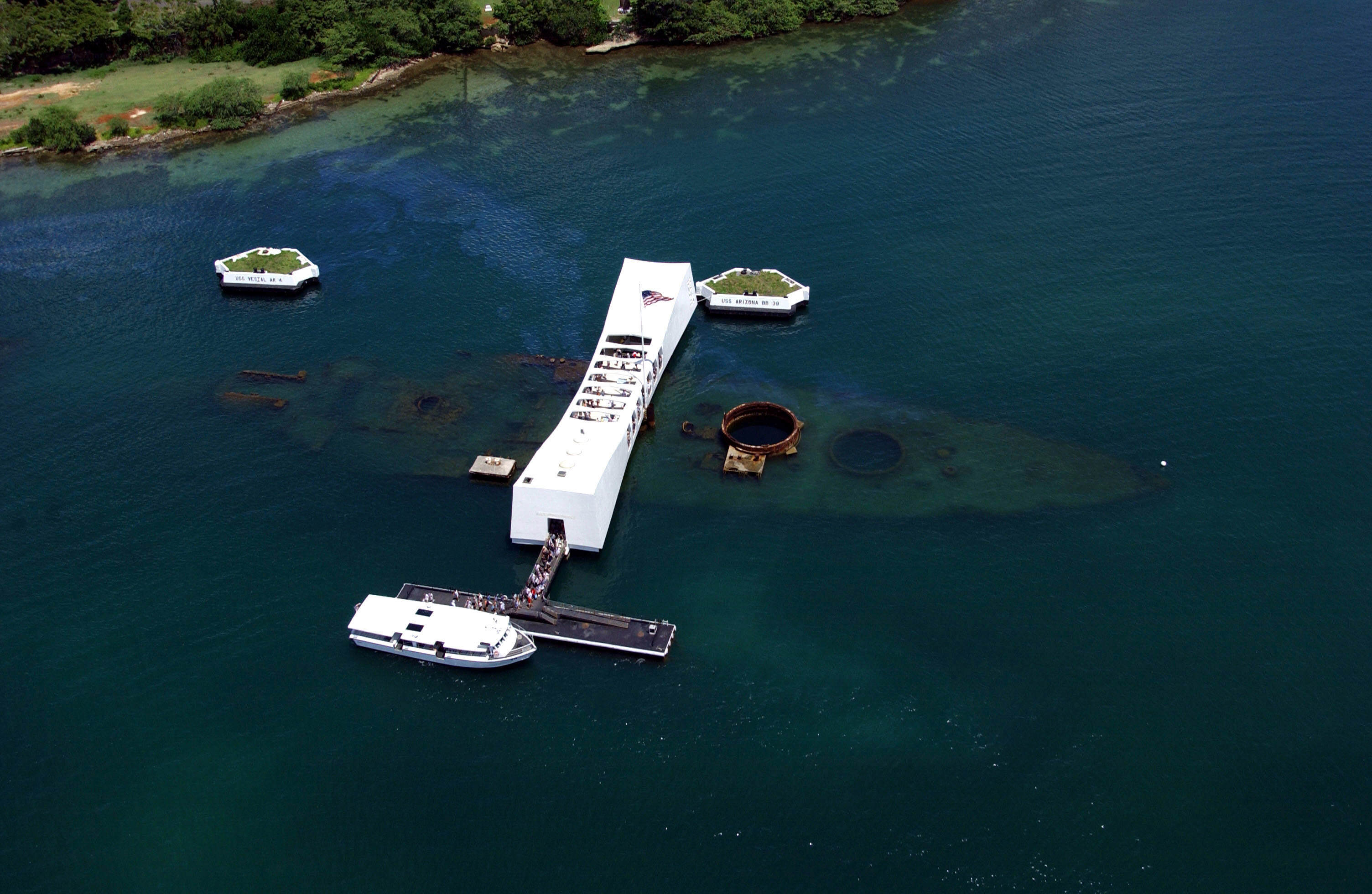 USS Arizona Memorial (aerial view) - Le USS Arizona Memorial de nos jours (vue aérienne)