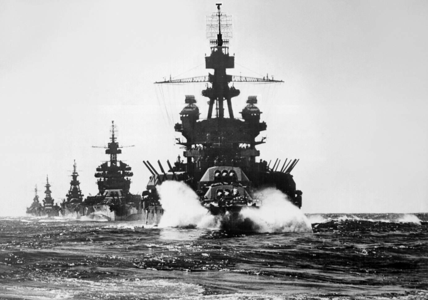 US warships entering Lingayen Gulf 1945 - Le BB38 Pennsylvania devance les USS Colorado (BB-45), USS Louisville (CA-28), USS Portland (CA-33), et USS Columbia (CL-56) avant le débarquement de Luzon (Philippines) en janvier 1945