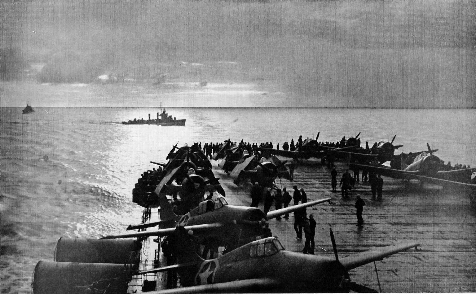 USS Ranger (CV 4) flight deck Torch - Des Douglas SBD-3 Dauntless et Grumman F4F-4 Wildcat rangés sur le USS Ranger lors de l'opération Torch, le 8 novembre 1942
