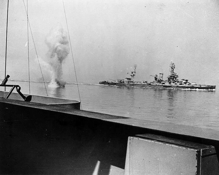 USS Texas Arkansas German shell - Un obus Allemand passe entre l'USS Texas BB 35 (au fond) et l'USS Arkansas BB 33 lors de la bataille pour Cherbourg, le 25 juin 1944
