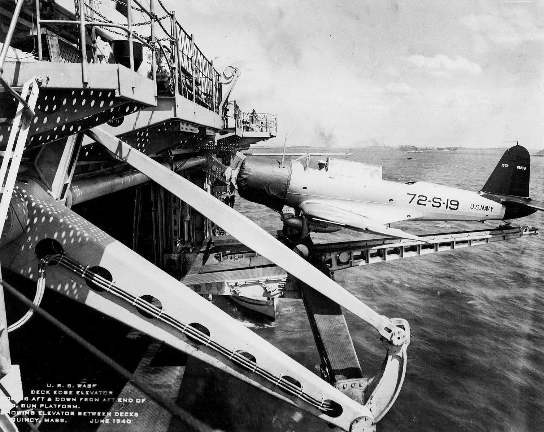 USS Wasp (CV 7) deck edge elevator with SB2U 1940 - Un avion de reconnaissance Vought SB2U-2 Vindicator sur un ascenceur du porte-avions CV-7. C'est le premier porte avon a être équipé de cet équipement