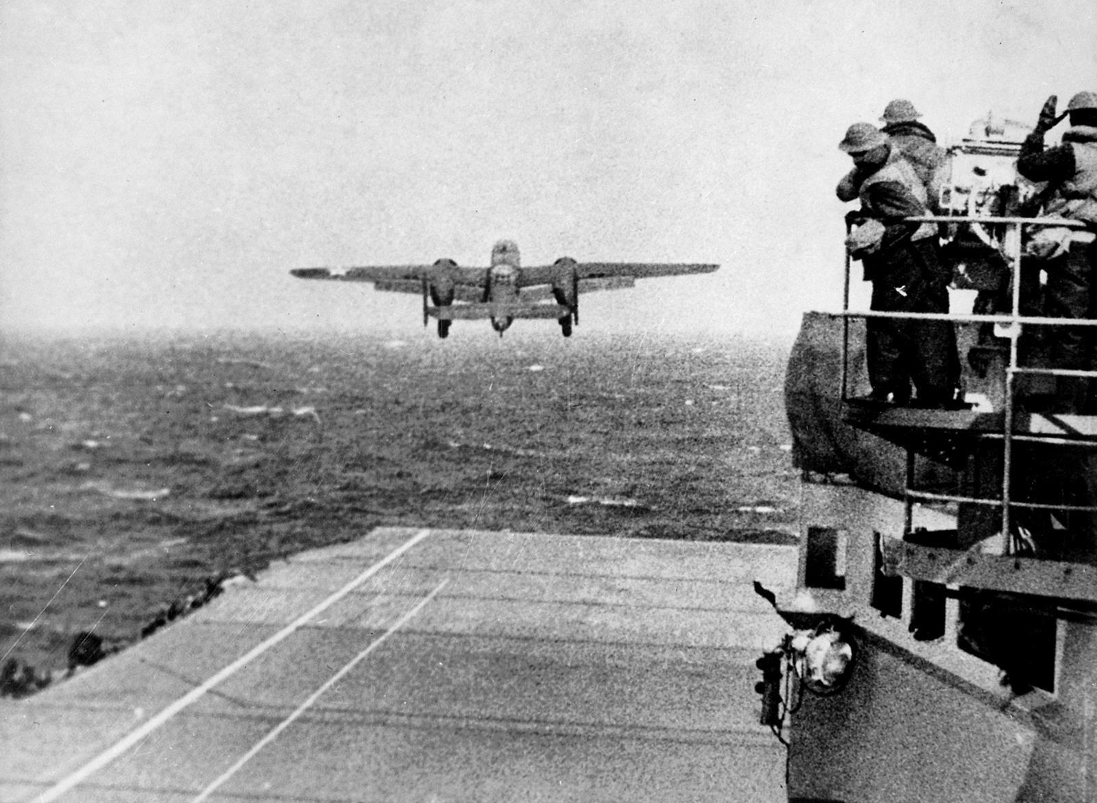 Army B 25 (Doolittle Raid) - Un B-25 Mitchell s'envole du pont de l'USS Hornet pendant le Raid Doolittle, le 18 avril 1942