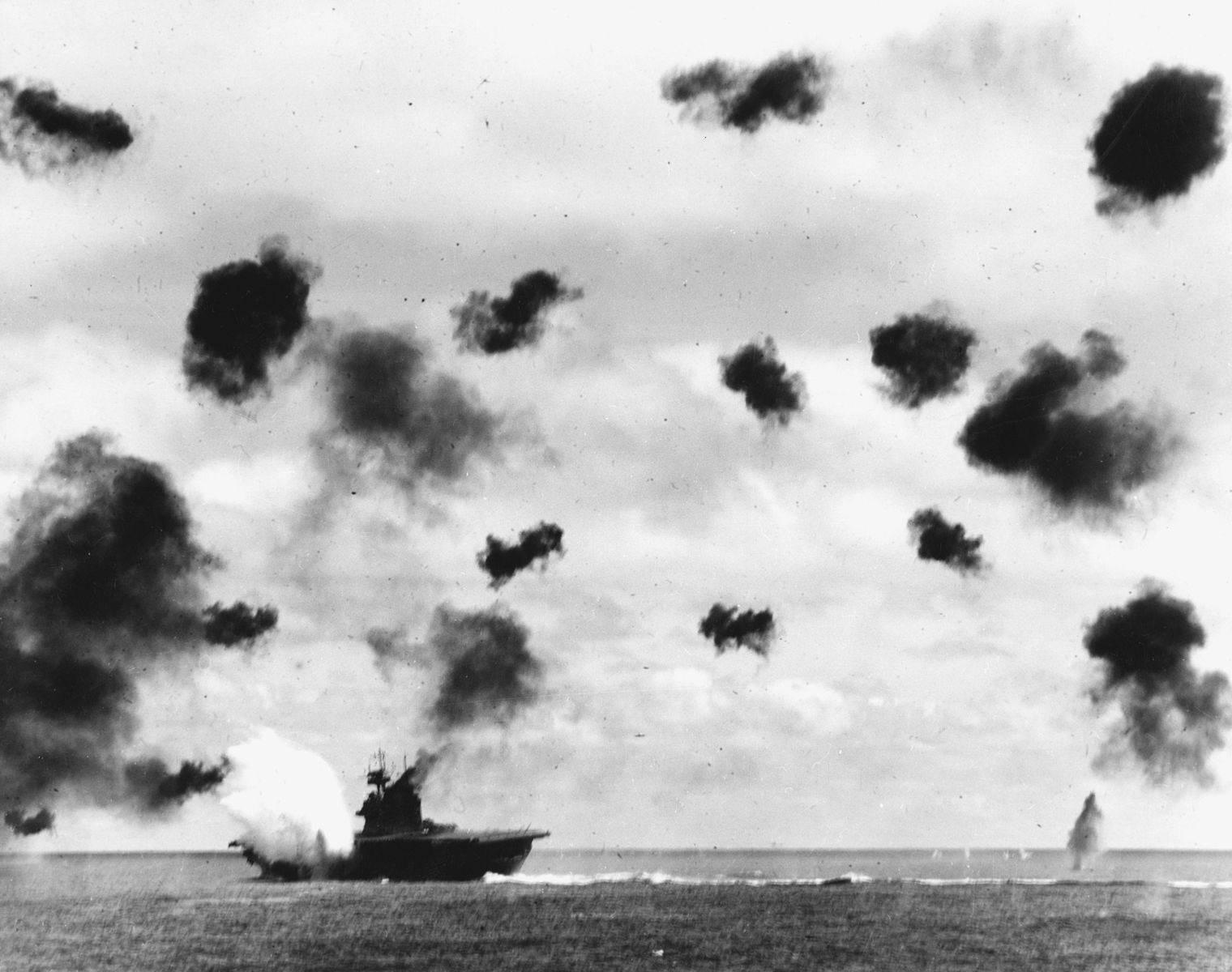 USS Yorktown hit 740px - Le USS Yorktown est touché par une torpille Japonaise Type 91 pendant la bataille de Midway le 4 juin 1942