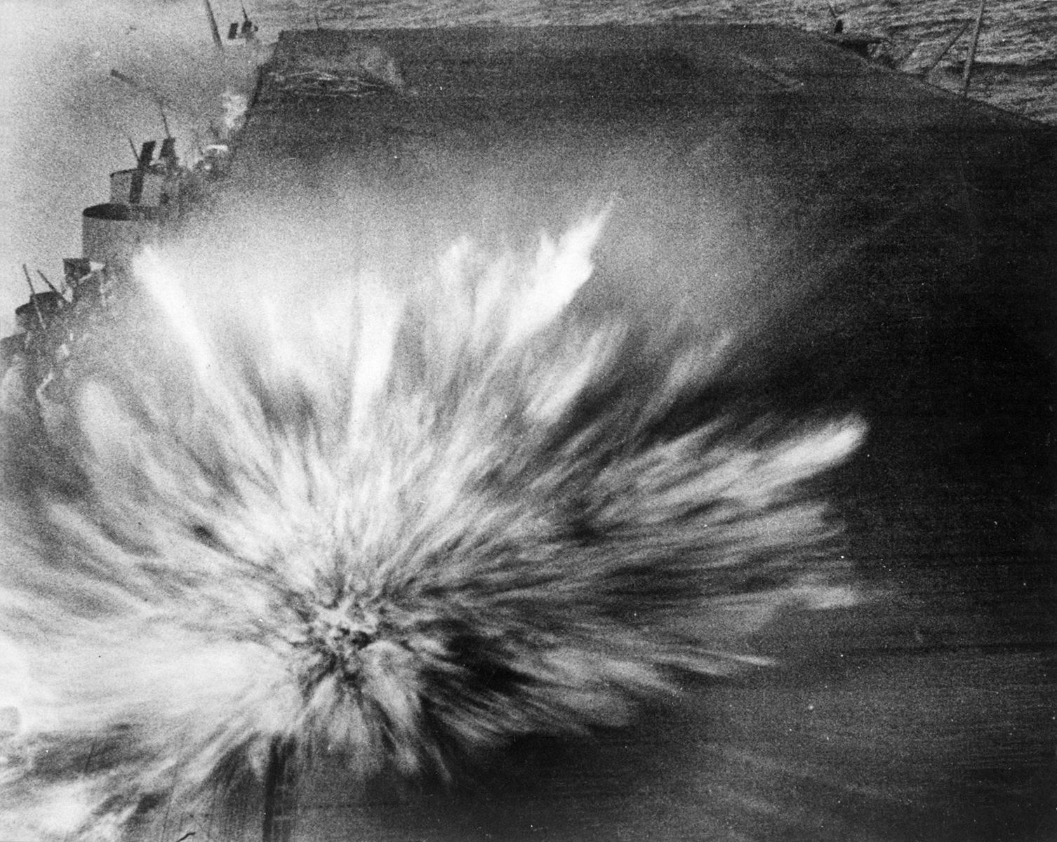 USS enterprise bomb hit Bat eastern Solomons - Explosion d'une bombe Japonaise sur le pont de l'USS Yorktown le 24 août 1942 durant la bataille des îles Salomon. Peu de dégâts seront à déplorer