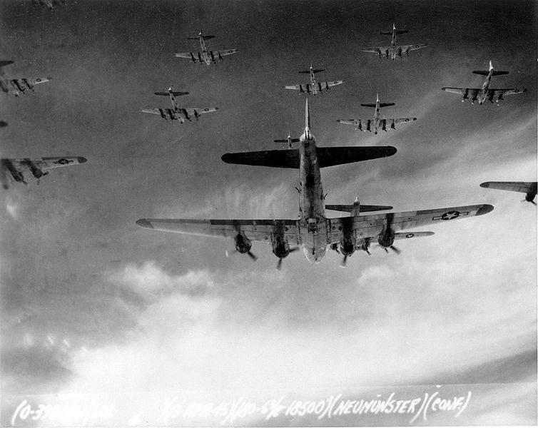 754px Living Legends - Le 13 avril 1945 (1 mois avant la fin de la guerre en Europe), un groupe de B-17 du 398th Bombardment Group partent bombarder Neumunster, en Allemagne