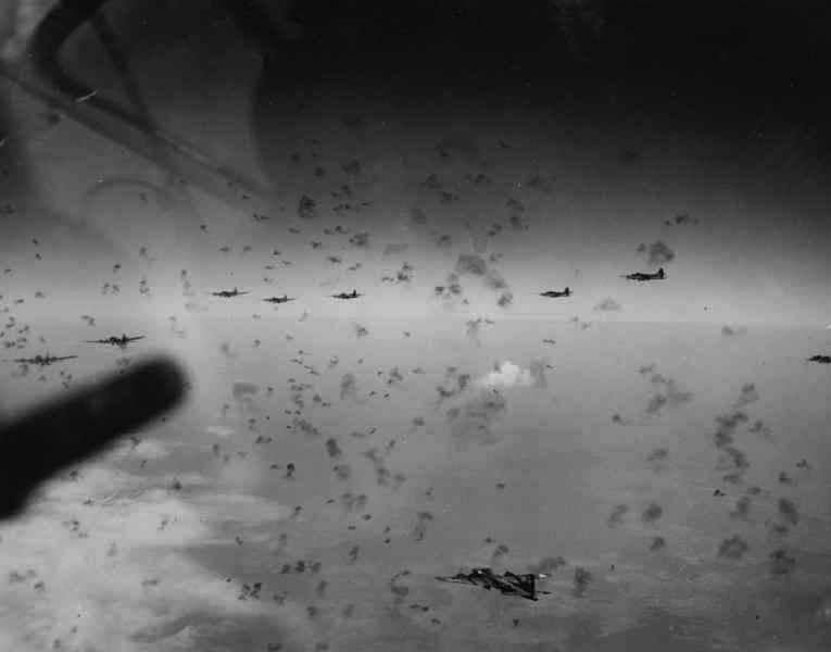 B 17 Schweinfurt - Un groupe de B-17 traverse un barrage de Flak. Photo prise en 1944, supposément au dessus de Merseberg (Allemagne)