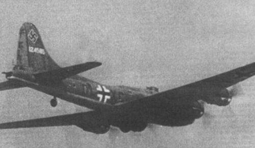 B17 kg200 - Surprenante image d'un B-17 aux couleurs de l'Allemagne Nazie. Ce B-17 est le premier à être tombé intact aux mains des ennemis, le 12 decembre 1942 après avoir reçu un coup lors d'un Raid sur Rouen (B-17F-27-BO, s/n 41-24585 du 360th BS / 303rd BG). Il sera inclu au Kampfgeschwader 200 dès 1944.