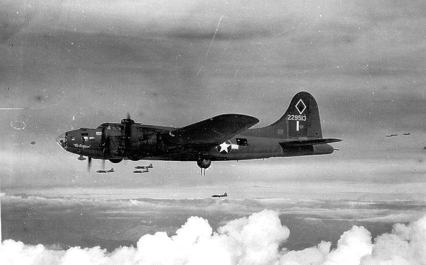 Boeing B 17F 42 29513 in flight, 1943 - Le Boeing B-17F ( s/n 42-29513) du 346th Bombardment Squadron, 99th Bombardment Group en vol en 1943