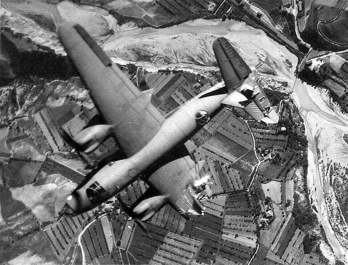 B26 italy - Un autre B-26 (s/n42-107566 : 320 Bombardment Group, 441 Bombardment Squadron) ayant reçu un coup direct ayant arraché l'aile droite (au niveau de la nacelle moteur) au dessus de Marzabotto (Italie du Nord). Malheureusement, l'avion tomba trop rapidement pour que les membres d'équipage puisse s'extraire. Photo prise sur le lieu du bombardement, le 10 juillet 1944 à 17h20, heure locale.