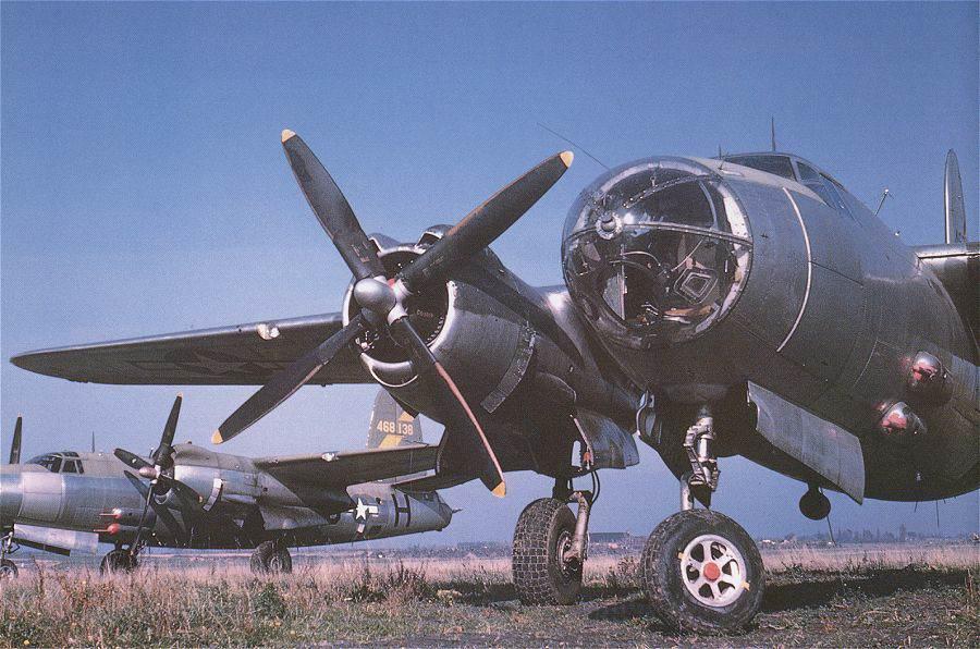 b26 photo1 - Photo de 1945 prise à Peronnes, representant deux B-26 avec un nouveau schéma de peinture