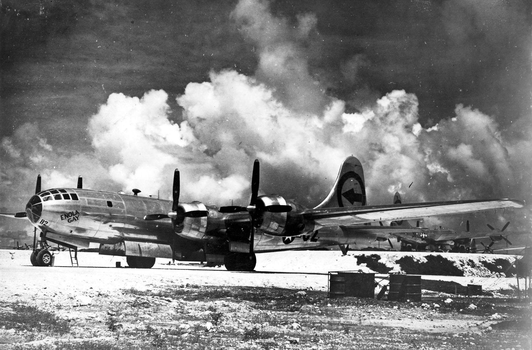 Enola gay - Le Enola Gay : Le 6 août 1945 à 8H15, ce bombardier largua la première bombe atomique sur Hiroshima. 50 secondes plus tard, elle explosa à une altitude de 600 mètres détruisant la ville dans une immense boule de feu.