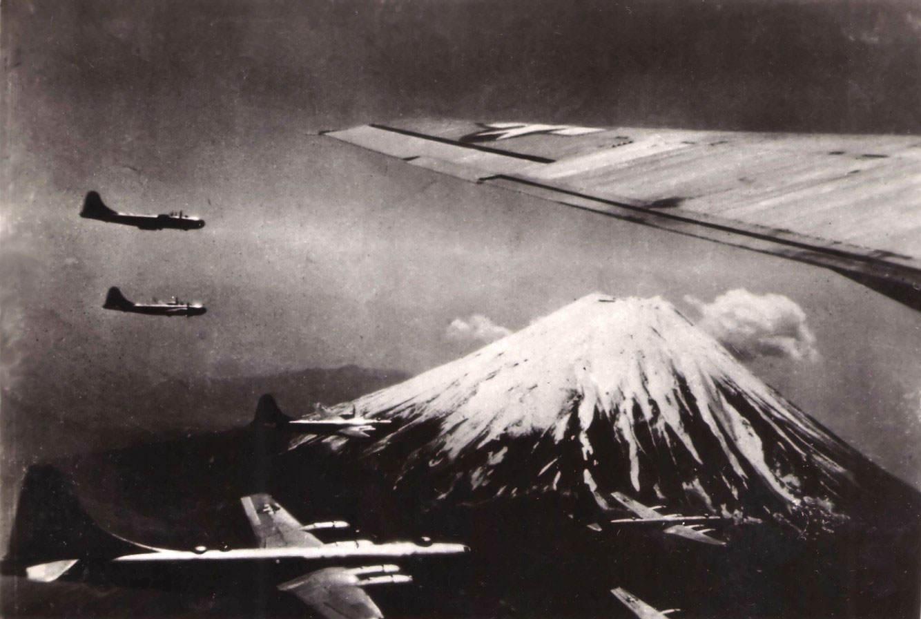 air superfortress19 - Un groupe de bombardiers B-29 Superfortress proche du Mont Fuji (Japon), vers Juillet 1945