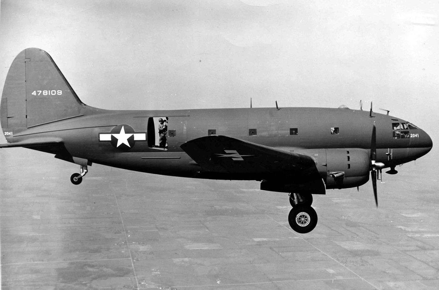 curtiss c46 commando 08 - Un Curtiss C-46 Commando en vol